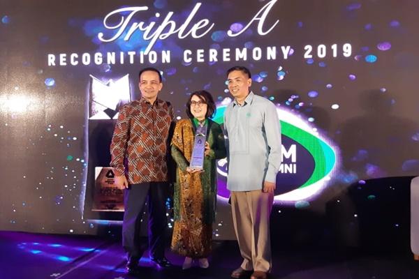 Managing Director PT Multistrada Agro International Kartika D. Antono (tengah) saat menerima Asian Institute of Management (AIM) di Manila, beberapa waktu lalu. - Bisnis/Dara Azilya