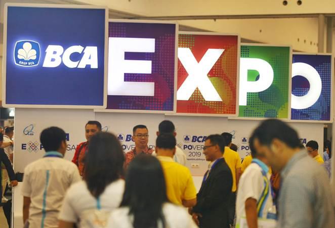 Pengunjung memadati arena pameran BCA EXPOVERSARY 2019 di ICE, Serpong, Tangerang, Banten, Jumat (22/2/2019). - ANTARA/Muhammad Iqbal