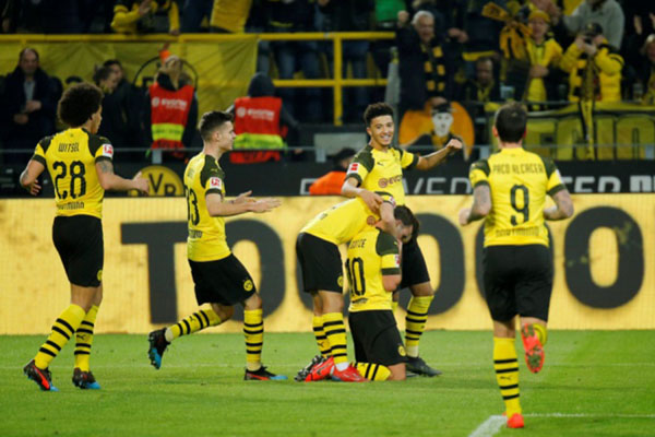 Para pemain Dortmund merayakan gol ketiga ke gawang Bayer Leverkusen yang dicetak Mario Gotze (10). - Reuters/Leon Kugeler