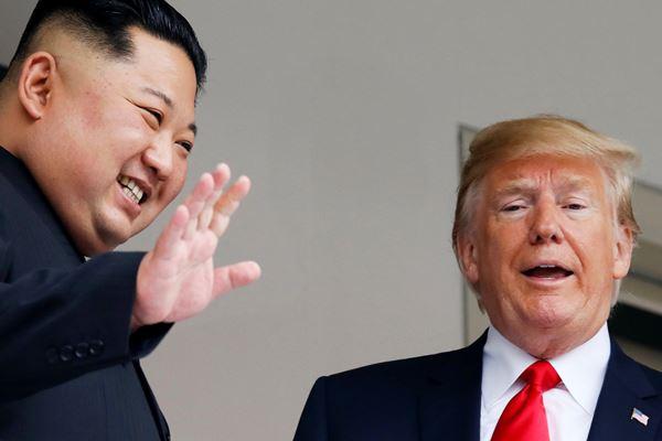 Presiden AS Donald Trump dan Pemimpin Korea Utara Kim Jong-un bertemu empat mata di Pulau Sentosa, Singapura, Selasa (12/6). - Reuters