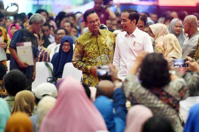 Presiden Joko Widodo kanan) berbincang dengan Gubernur DKI Jakarta Anies Baswedan (kiri) disela acara Penyerahan sertifikat tanah untuk rakyat di Gelanggang Remaja Pasar Minggu, Jakarta, Jumat (22/2/2019). - ANTARA/Akbar Nugroho Gumay
