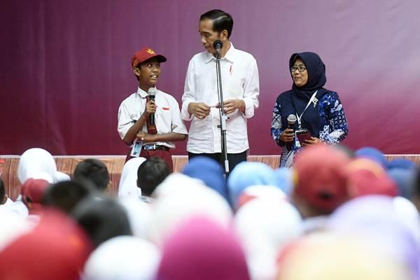 Presiden Joko Widodo (tengah) - ANTARA/Zabur Karuru