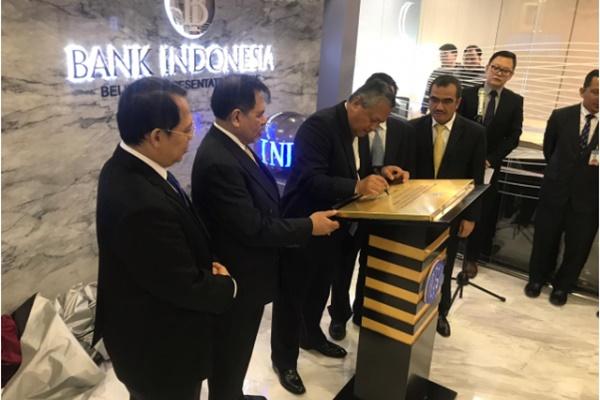 Gubernur Bank Indonesia Perry Warjiyo (ketiga kiri) menandatangani pembukaan kantor perwakilan BI di Beijing, China - Istimewa