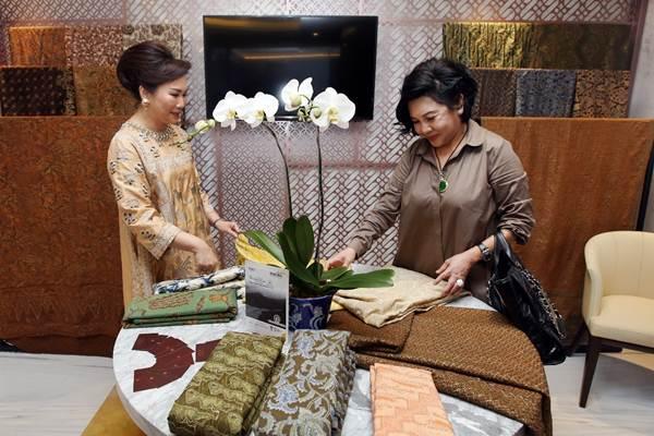 Nasabah prioritas banking mengamati kain batik yang dipajang saat peresmian fasilitas Mandiri Private Lounge di Plaza Bapindo, Jakarta, Senin (25/9). - JIBI/Abdullah Azzam