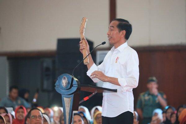Presiden RI Joko Widodo menunjukkan 'bambu petuk' di acara Penyaluran Bantuan Sosial Program Keluarga Harapan (PKH) & Bantuan Pangan Non Tunai (BPNT) th 2019 di Cilacap, Senin (25/2). - Ist