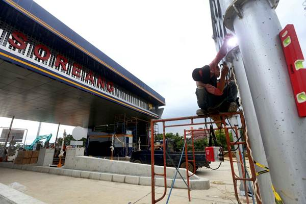 Pekerja beraktivitas pada proyek pembangunan jalan tol Soreang-Pasirkoja (Soroja) di Kabupaten Bandung, Jawa Barat, Selasa (14/11). - JIBI/Rachman