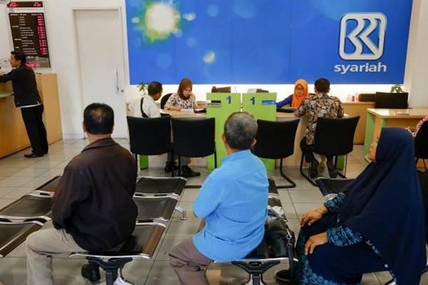 Layanan nasabah di kantor cabang pembantu PT Bank BRI Syariah di Jakarta, Rabu (3/1/2019). - Bisnis/Felix Jody Kinarwan