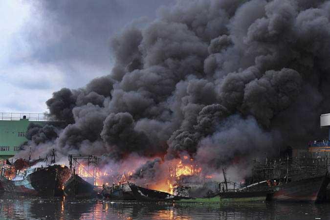 Sejumlah kapal nelayan terbakar di Pelabuhan Muara Baru, Jakarta, Sabtu (23/2/2019). - ANTARA/Hafidz Mubarak A
