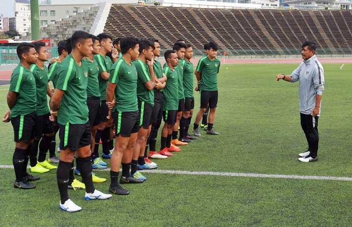 Pelatih Timnas U-22 Indra Sjafri (kanan) memberi arahan kepada pemain dalam latihan menjelang pertandingan babak Final Sepak Bola AFF U-22 di Stadion Nasional Olimpiade, Phnom Penh, Kamboja, Senin (25/2/2019). - ANTARA/Nyoman Budhiana