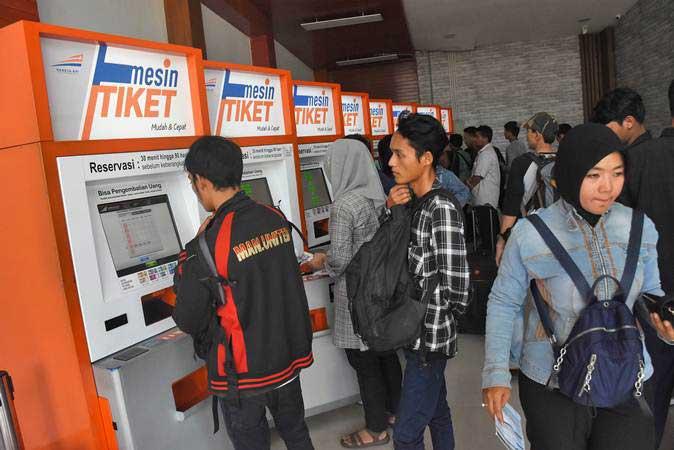 Calon penumpang memesan tiket kereta tujuan luar kota pada mesin tiket di Stasiun Pasar Senen, Jakarta, Senin (25/2/2019). - ANTARA/Indrianto Eko Suwarso