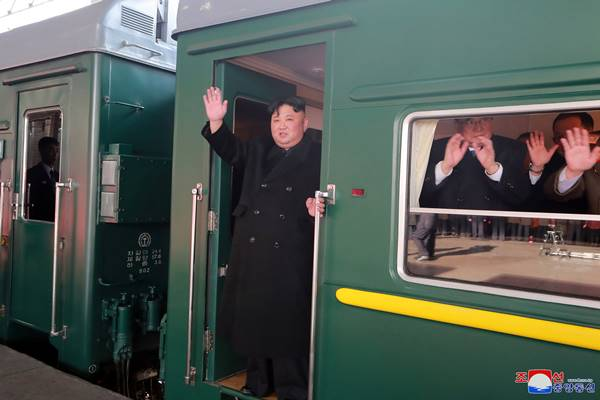 Pemimpin Korea Utara Kim Jong-un melambai dari kereta saat ia berangkat ke pertemuan puncak di Hanoi, di Pyongyang, Korea Utara dalam foto ini yang dirilis oleh Kantor Berita Pusat Korea (KCNA) Korea Utara pada 23 Februari 2019. - Reuters