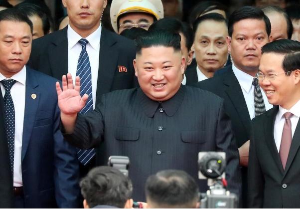 Pemimpin Korea Utara Kim Jong Un melambaikan tangan ketika tiba di stasiun kereta Dong Dang, Vietnam, di perbatasan dengan China, 26 Februari 2019. - REUTERS/Athit Perawongmetha