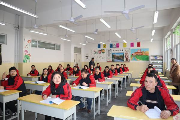 Para peserta didik kamp pendidikan vokasi etnis Uighur di Kota Kashgar, Daerah Otonomi Xinjiang, China, mengikuti kelas Bahasa Mandarin, Jumat (3/1/2019). - ANTARA/M. Irfan Ilmie