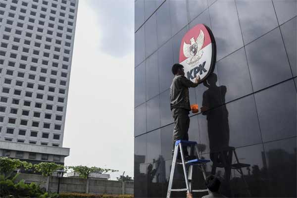 Pekerja membersihkan logo KPK, di Gedung Merah Putih, Jakarta, Senin (8/5). - Antara/Hafidz Mubarak A
