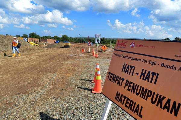 Ilustrasi: Pekerja beraktivitas di proyek pembangunan jalan tol Banda Aceh-Sigli di kawasan Blangbintang, Kabupaten Aceh Besar, provinsi Aceh, Selasa (15/1/2019). - ANTARA FOTO/Ampelsa