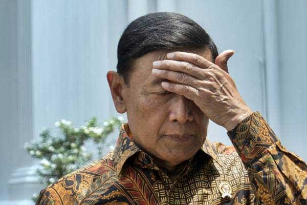 Menkopolhukam Wiranto berjalan, seusai rapat terbatas tentang rencana pembentukan Detasemen Khusus tindak pidana korupsi (Densus Tipikor) di Komplek Istana Kepresidenan, Jakarta, Selasa (24/10). - ANTARA/Rosa Panggabean