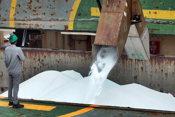 Petugas memantau proses pengisian pupuk ke dalam kapal saat produksi ekspor urea di Pelabuhan PT Pupuk Kaltim di Bontang, Kalimantan Timur - ANTARA/Reno Esnir
