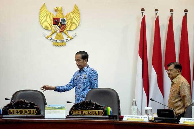 Presiden Joko Widodo (kiri) didampingi Wakil Presiden Jusuf Kalla (kanan) berjalan untuk memimpin Rapat Terbatas (Ratas) tentang kebijakan pemanfaatan tanah dalam kawasan hutan, di Kantor Presiden, Jakarta, Selasa (26/2/2019). - ANTARA FOTO/Akbar Nugroho Gumay