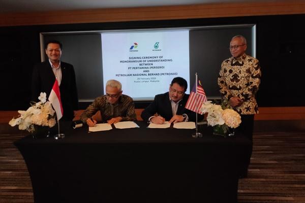 Direktur Perencanaan Investasi dan Manajemen Risiko (PIMR) Heru Setiawan (kedua dari kiri) dan SVP Corporate Strategy En Petronas Mohamed Firouz Asnan (kedua dari kanan) menandatangani nota kesepahaman dalam mengembangkan bisnis migas, disaksikan pula oleh EVP & CEO of Upstream Business Petronas Datuk Mohd Anuar Taib (kiri) dan Direktur Hulu Pertamina Dharmawan H. Samsu (kanan). - Istimewa