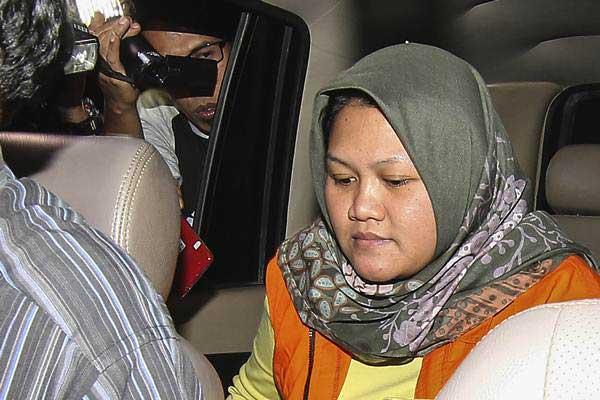 Bupati Bekasi Neneng Hasanah Yasin masuk mobil tahanan usai menjalani pemeriksaan di gedung KPK, Jakarta, Selasa (16/10/2018). - ANTARA/Dhemas Reviyanto