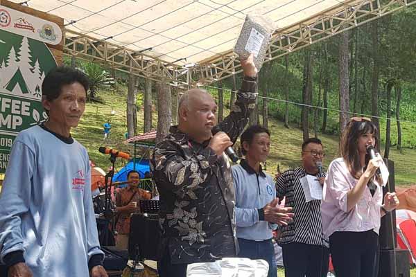 Kepala Perwakilan Bank Indonesia Kediri Djoko Raharto (dua dari kiri) menjadi juru lelang pada Lelang Kopi Sendang di Coffee Camps Tulungagung, Senin (25/2/2019). Bisnis - Choirul Anam