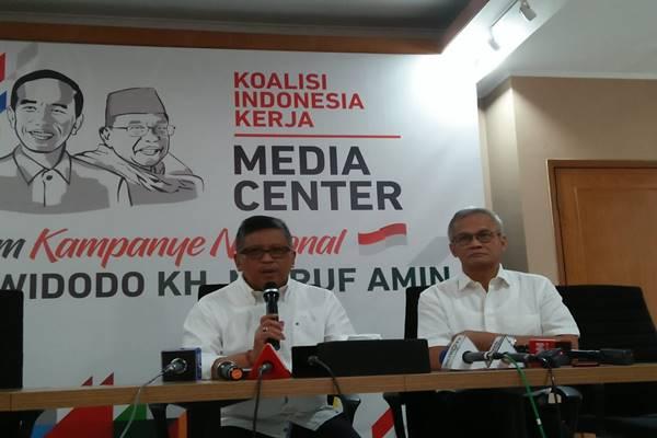 Hasto Kristiyanto, Sekretaris TKN Jokowi-Maruf (kiri) dan Direktur Program TKN Jokowi-Maruf, Aria Bima. - BISNIS/Muhammad Ridwan