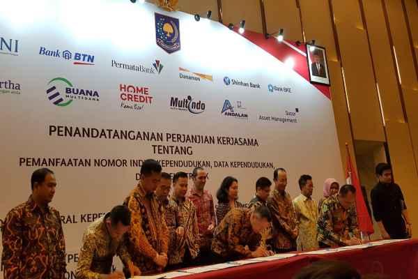 Direktur Jenderal (Dirjen) Dukcapil Zudan Arif FakruIIoh bersama perwakilan lembaga keuangan menandatangani perjanjian kerja sama tentang pemanfaatan nomor induk kependudukan (NIK), data kependudukan, dan KTP elektronik (e-KTP) di Jakarta, Selasa (26/2/2019) - Denis Riantiza M