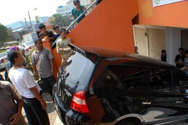 Dokumentasi pengunjung pasar modern kelapadua melihat mobil yang terperosok ke areal Pasar Kelapadua, Kabupaten Tangerang, Banten - Antara