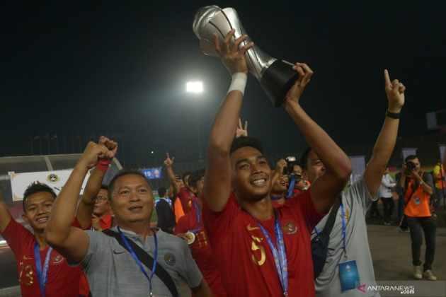 Bagas Adi membawa Piala AFF U-22 - Antara