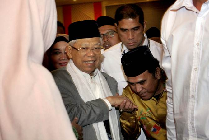 Calon Wakil Presiden nomor urut satu, Ma'ruf Amin (kiri) menyalami warga saat meninggalkan lokasi acara Dialog Nasional Keagamaan dan Kebangsaan di Makassar, Sulawesi Selatan, Rabu (20/2/2019) malam. - ANTARA/Arnas Padda