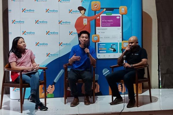 Mely Chandra Head of Retail Support PT Trikomsel Oke Tbk (kiri), Co-Founder dan CEO Moka Haryanto Tanjo (tengah), Akshay Garg, Co-Founder sekaligus CEO FinAccel (Kredivo) (kanan) saat konferensi pers kerja sama Kredivo dan Moka, Selasa (26/02). - Bisnis/Deandra Syarizka
