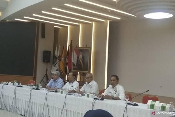 Perwakilan BPN dan TKN melaksanakan konferensi pers bersama terkait hasil rapat pleno persiapan debat ketiga di KPU RI, Jakarta, Selasa (26/2/2019) malam. - Antara
