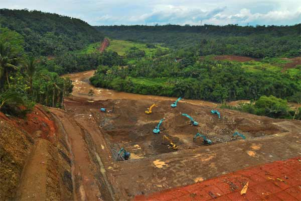 Pekerja menggunakan alat berat menyelesaikan pembangunan proyek Bendungan Leuwikeris di aliaran Sungai Citanduy, Desa Handapherang, Kabupaten Ciamis, Jawa Barat, Senin (8/5). - Antara/Adeng Bustomi