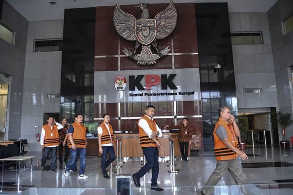 Sejumlah tersangka dari berbagai kasus meninggalkan gedung KPK untuk ibadah salat Jumat disela pemeriksaannya di Jakarta, Jumat (14/9). - Antara