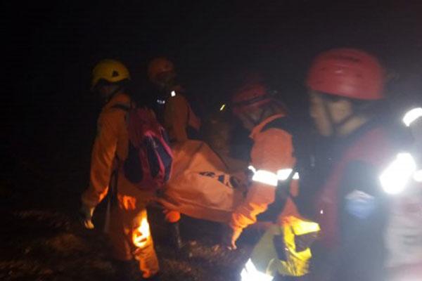 Tim SAR mengevakuasi seorang korban tambang emas yang longsor di Desa Bakan, Kecamatan Lolayan, Kabupaten Bolaang Mongondow, Sulawesi Utara, Selasa (26/2/2019) malam. Sekitar 60 pekerja tertimbun longsor di lokasi penambangan emas tanpa izin tersebut dan 11 korban di antaranya selamat, tiga tewas, dan 46 orang masih dalam pencarian. - Antara
