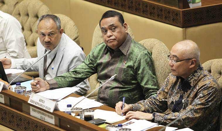 Menteri Pendayagunaan Aparatur Negara dan Reformasi Birokrasi (PANRB) Syafruddin (tengah) didampingi Deputi Bidang SDM Aparatur Kementerian PANRB Setiawan Wangsaatmaja (kiri) dan Kepala Badan Kepegawaian Negara Bima Haria Wibisana (kanan) mengikuti rapat kerja dengan Komisi II DPR di Kompleks Parlemen, Senayan, Jakarta, Selasa (22/1/2019). - ANTARA/Dhemas Reviyanto