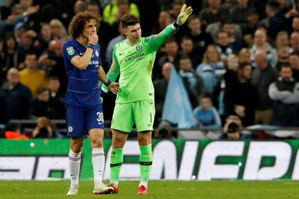 Kiper Chelsea Kepa Arrizabalaga (kanan) saat menolak untuk digantikan dalam pertandingan melawan Manchester City di final Piala Liga Inggris. - Reuters/David Klein