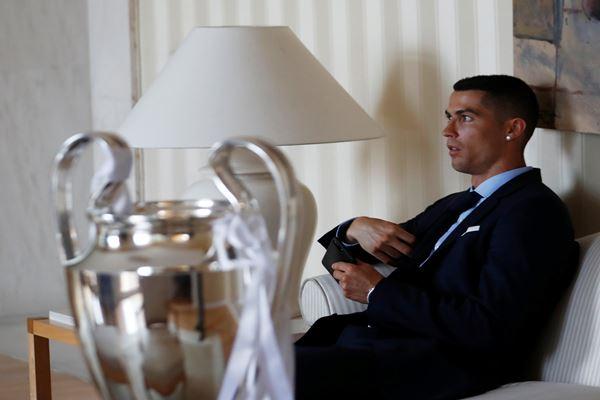 Pemain Real Madrid Cristiano Ronaldo dan piala Liga Champions saat upacara kemenangan klub tersebut menjuarai Liga Champions, 27 Mei 2018. - Reuters