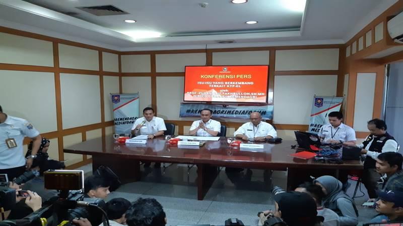 Direktur Jenderal Kependudukan dan Pencatatan Sipil Kemendagri Zudan Arif Fakrulloh memberi keterangan perihal warga negara asing (WNA) China memiliki KTP elektronik, di Jakarta, Rabu (27/2/2019). JIBI/Bisnis - Iim Fathimah