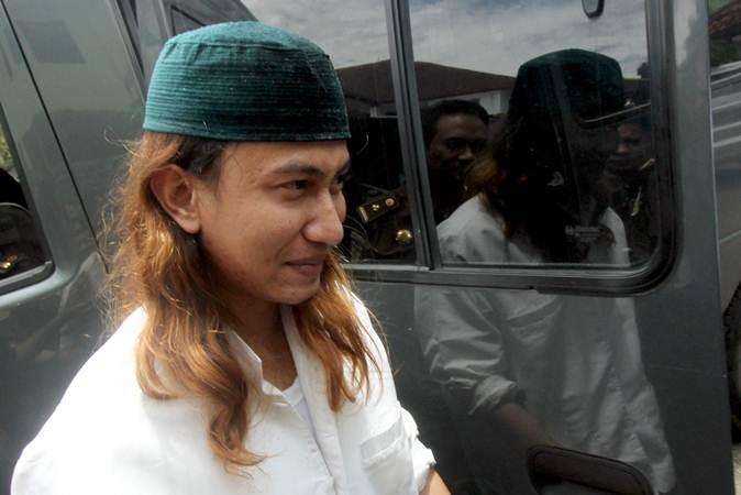 Tersangka kasus penganiayaan anak di bawah umur Bahar Bin Smith berjalan setelah pelimpahan tahap dua dari pihak kepolisian kepada pihak kejaksaan di Kejaksaan Negeri Cibinong, Bogor, Jawa Barat, Senin (4/2/2019)./ANTARA FOTO - Yulius Satria Wijaya