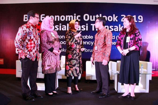 Direktur Bank Indonesia Yoga Affandi (kedua kanan) berbincang dengan Direktur BNI Adi Sulistyowati (tengah), Chief Economist Kiryanto (kiri), Pemimpin Divisi Tresuri BNI Legendariah (kanan) dan Head of Derivative & Structured Product Group Divisi Tresuri Ikhwani Fauzana (kedus kiri) di sela-sela acara BNI Economic Outlook 2019 & Sosialisasi Transaksi Domestic Non Deliverable Forward (DNDF) dan Local Currencies Settlement (LCS) di Jakarta, Rabu (27/2/2019). - Bisnis/Abdullah Azzam