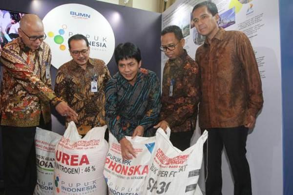 Direktur Utama PT Pupuk Indonesia Tbk Aas Asikin Idat (tengah), bersama Direktur M Djohan Safri (dari kiri), Direktur Indarto Pamoengkas, Direktur Achmad Tossin Sutawikara, dan Direktur Gusrizal, mengamati tumpukan karung pupuk, di Jakarta, Senin (12/6). - JIBI/Endang Muchtar