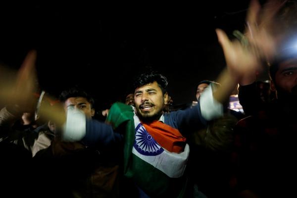 Warga meneriakkan yel-yel setelah pihak berwenang India mengatakan jet mereka melakukan serangan udara di kamp-kamp militan di wilayah Pakistan, di New Delhi, India, 26 Februari 2019. REUTERS - Adnan Abidi