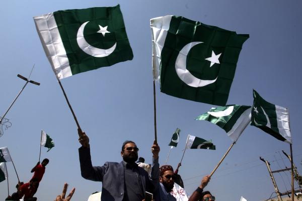 Warga Pakistan mengibarkan bendera di Lahore, Pakistan 27 Februari 2019. REUTERS / Mohsin Raza