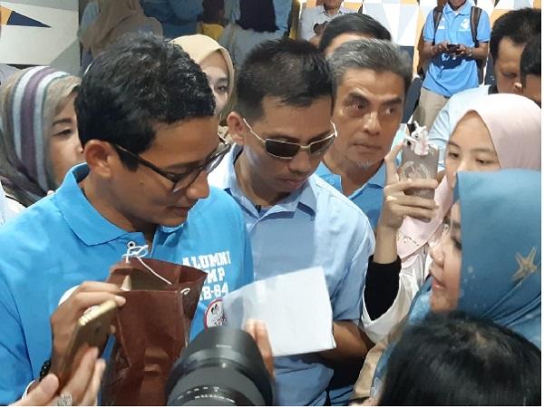 Cawapres Sandiaga Uno saat menerima amplop sumbangan berisi uang dari satu kelompok emak-emak di Roemah Djoeang, Kebayoran Baru, Jakarta Selatan, Rabu siang (27/2/2019) - Bisnis/Yusran Yunus
