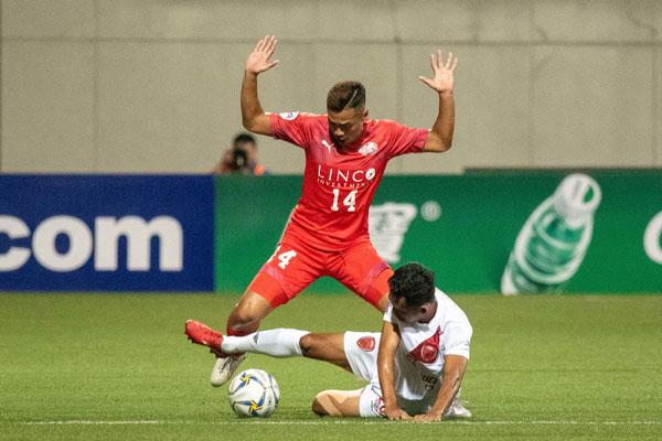 Bek PSM Makassar Taufik Hidayat menghadang pergerakan gelandang serang Home United Fazli Ayob. - The/AFC.com