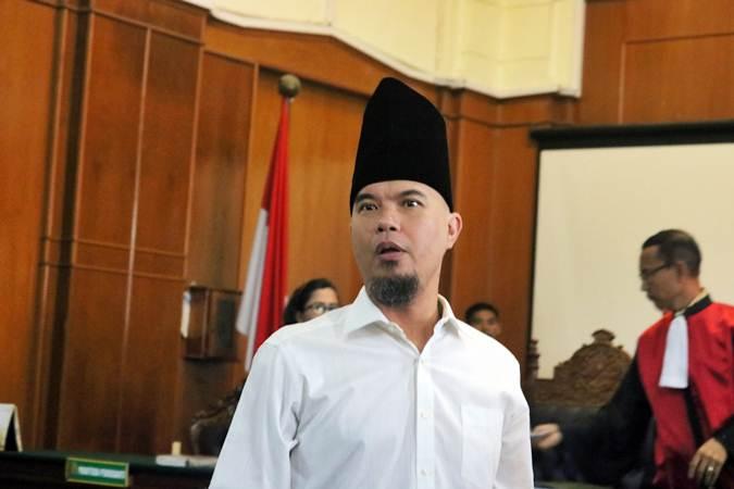 Terdakwa kasus dugaan pencemaran nama baik Ahmad Dhani saat menghadiri sidang lanjutan ketiga di Pengadilan Negeri Surabaya, Jawa Timur, Kamis (14/2/2019). - ANTARA/Didik Suhartono