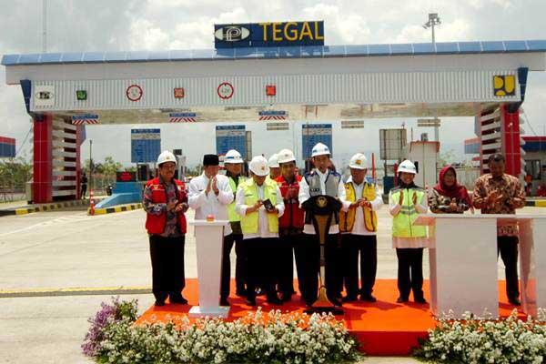 Presiden Joko Widodo (tengah) didampingi Sekretaris Kabinet Pramono Anung (ketiga kiri), Menteri PUPR Basuki Hadimuljono (keempat kanan), Menteri BUMN Rini Soemarno (kelima kanan) dan Wakil Gubernur Jawa Tengah Taj Yasin (kedua kiri) memberikan sambutan sewaktu peresmian jalan tol Pejagan-Pemalang di Gate Tol Tegal, Kalimati, Kabupaten Tegal, Jawa Tengah, Jumat (9/11/2018) lalu. - ANTARA/Oky Lukmansyah
