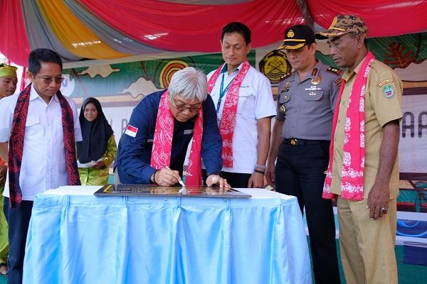 Dirjen Minerba, Bambang Gatot Ariyono meresmikan fasilitas olahraga berkapasitas 500 orang di Halmahera Timur