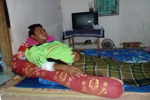 Haryanto, 32, warga Dukuh Tlukan, Desa Gumulan, Kecamatan Klaten Tengah beristirahat di rumahnya setelah tangan kanan dan kepalanya sisi kanan dijahit, Rabu (27/2). - JIBI/Taufiq Sidik Prakoso